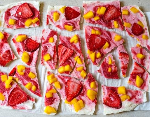 Écorce de yogourt glacé avec des fraises